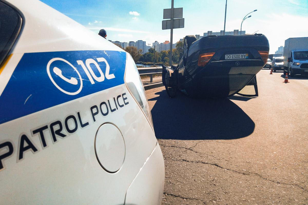 На месте происшествия работают сотрудники патрульной полиции и оперативно-следственная группа