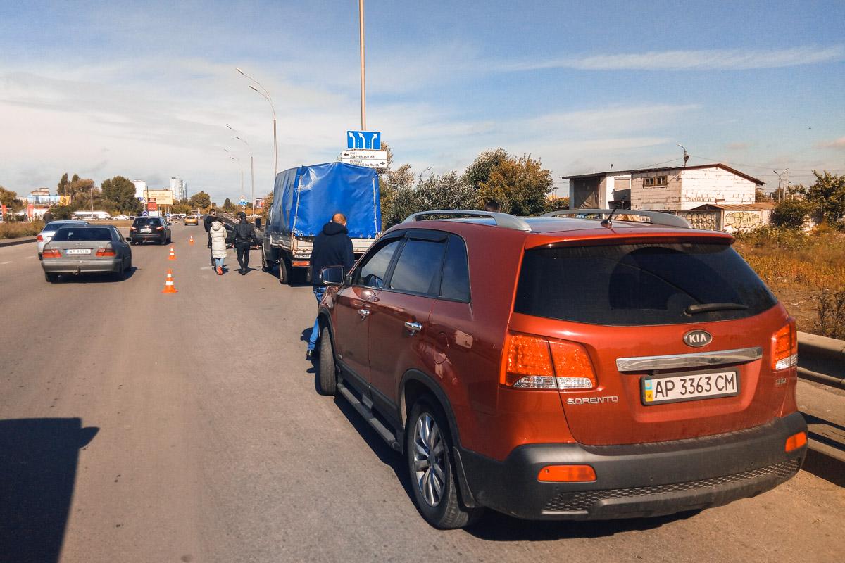 В Киеве на перекрестке улиц Григоренко и Тепловозной произошло ДТП с участием трех автомобилей