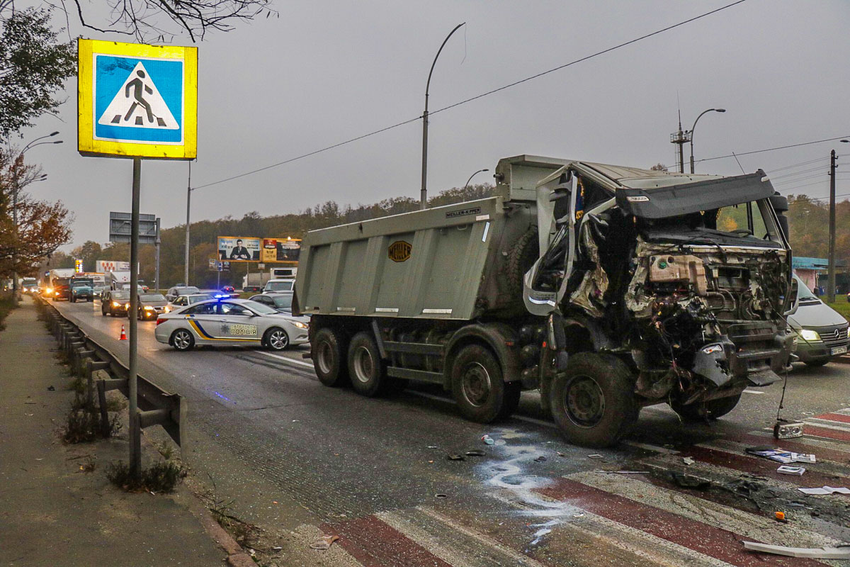 Столкнулись самосвал Iveco, ЗИЛ и Opel Astra