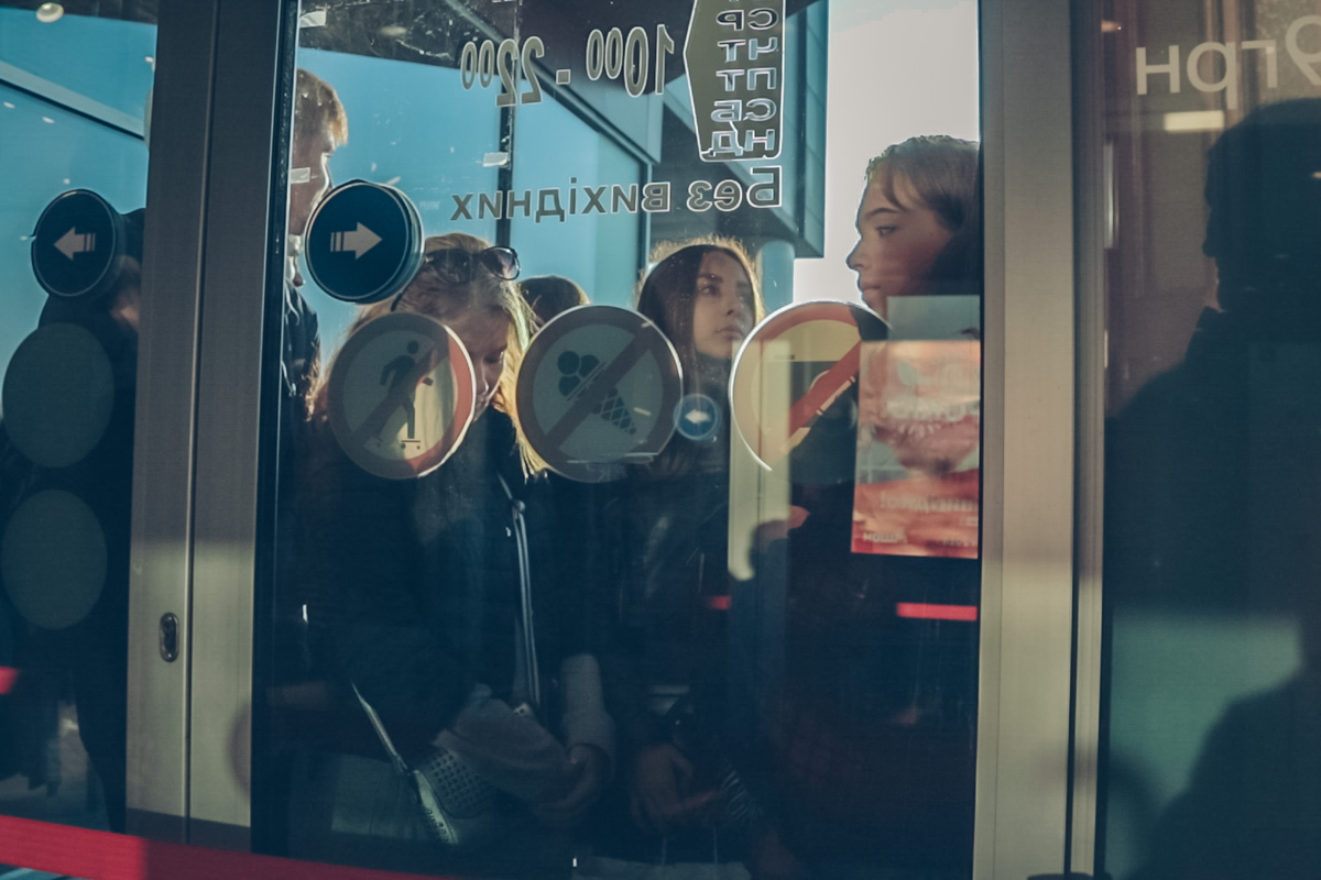 В 8:30 у дверей торгового центра собралась толпа желающих затариться новой одеждой
