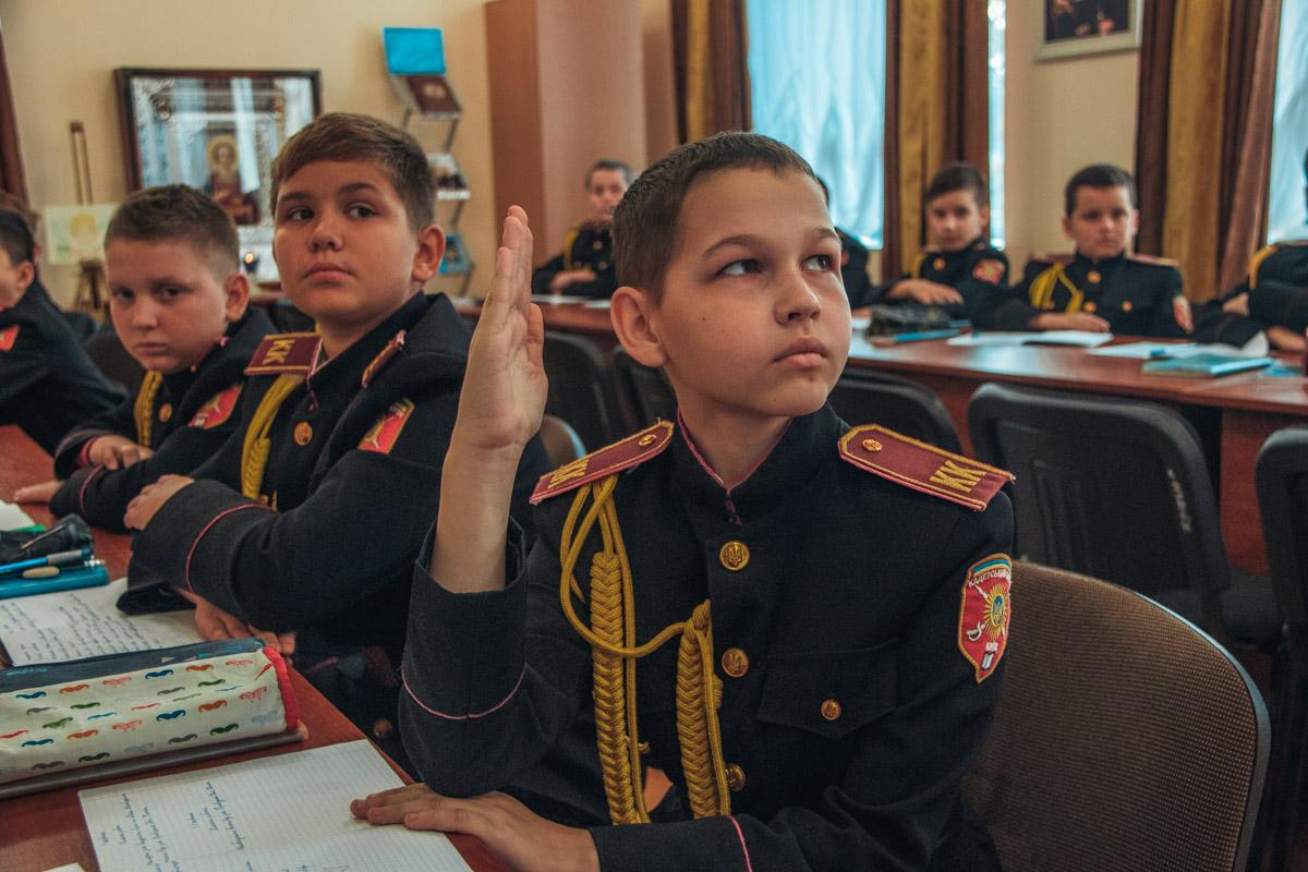 Прямая осанка, ровно поднятая рука и взгляд желания отвечать на вопросы учителя