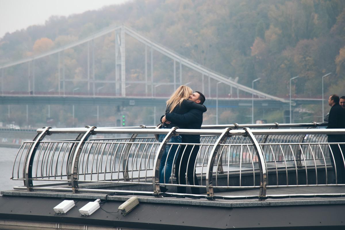 Глядя на это фото, хочется влюбиться. И обниматься на фоне осеннего и туманного Днепра <3
