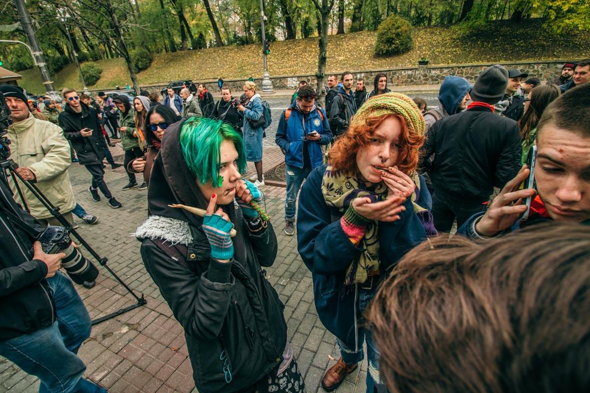 """На митинге полиция обыскала парня: они подумали, что он курил """"траву"""" - на самом деле это была """"самокрутка"""" (табак)"""