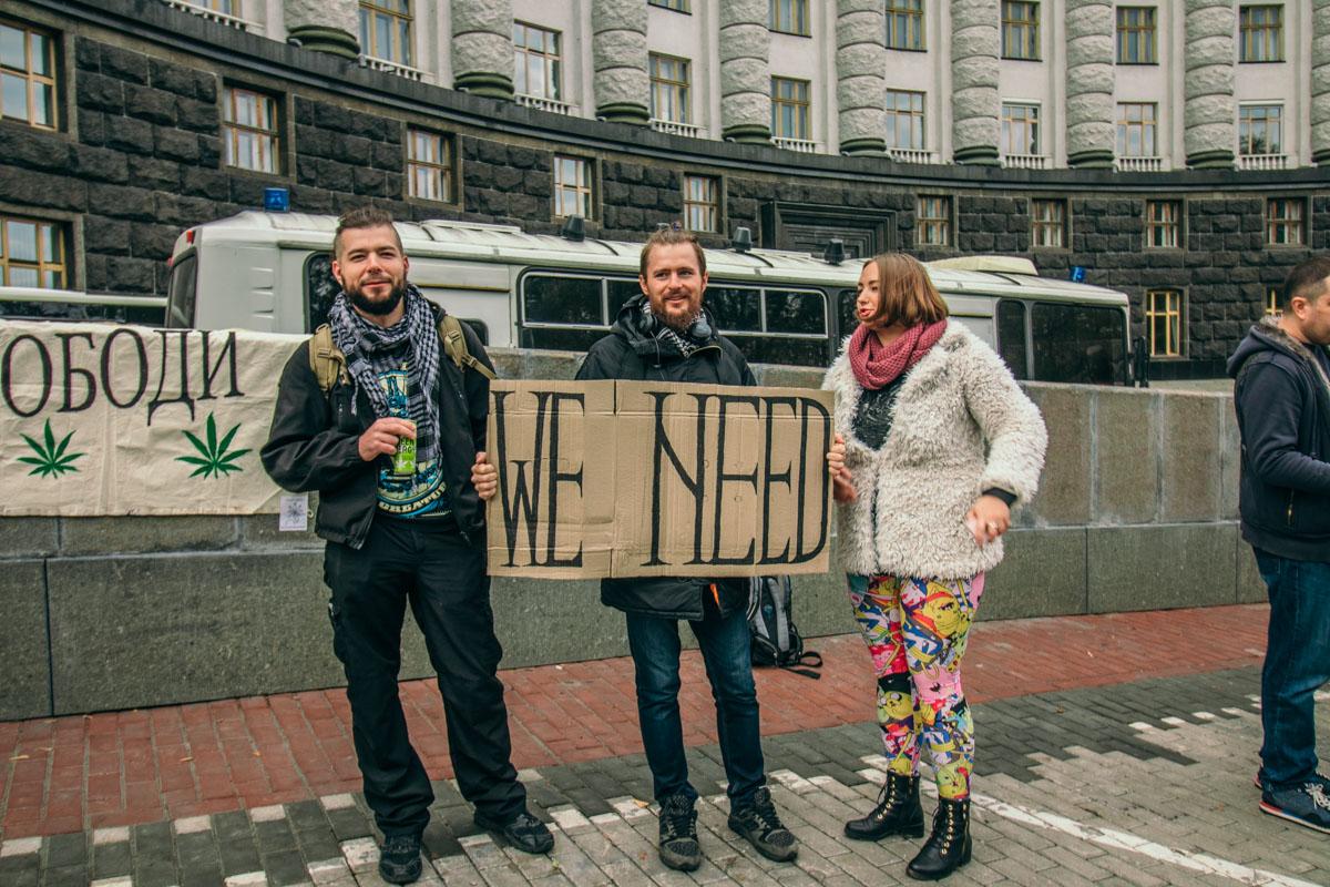 "Люди выступали со слоганами ""WE NEED WEED"""