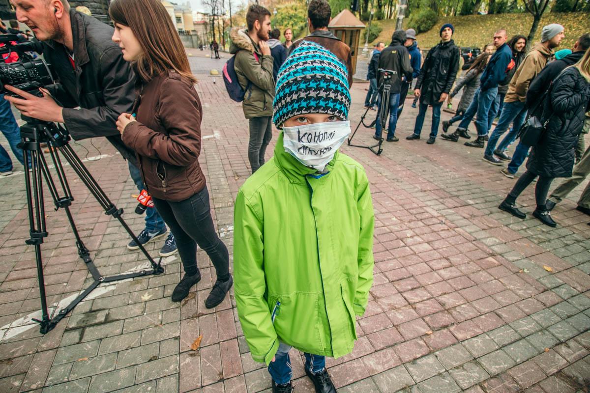 10-летний Саша пришел со своим дядей, чтобы добиться легализации