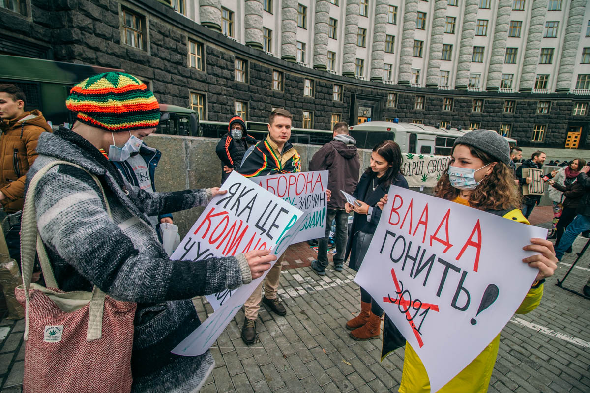 Некоторые из присутствующих на марше признались, что употребляют с 15 или даже 14 лет