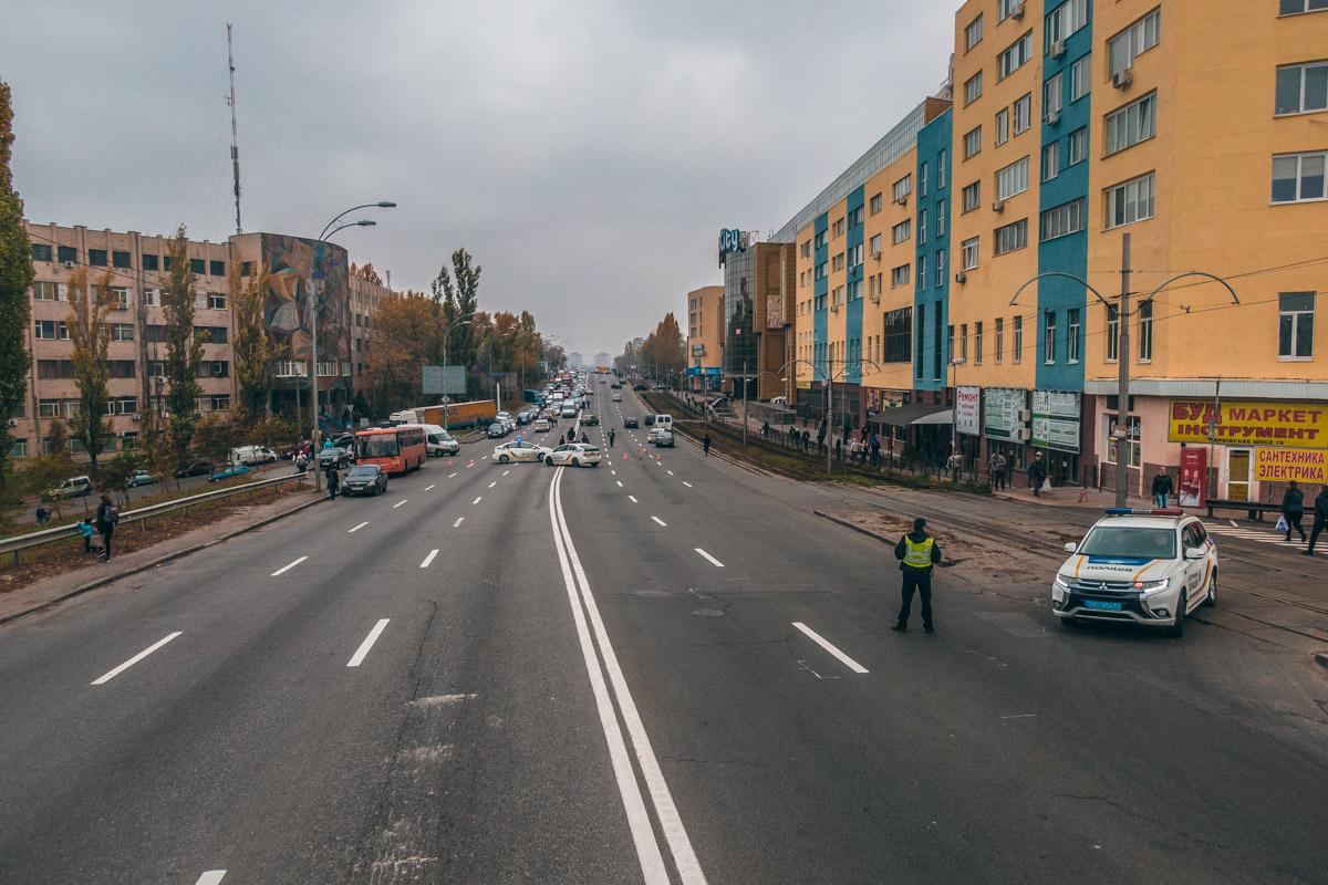 """Жильцы двух домов ЖК """"Мега Сити"""" полностью перекрыли проезд автомобилей по Харьковскому шоссе"""