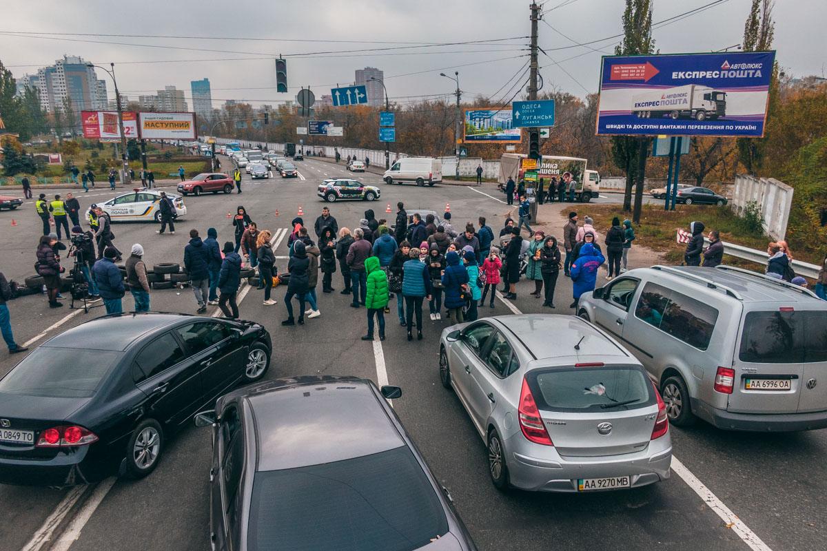 Несмотря на полную блокировку Харьковского шоссе, митингующие пропускают транспорт экстренных служб
