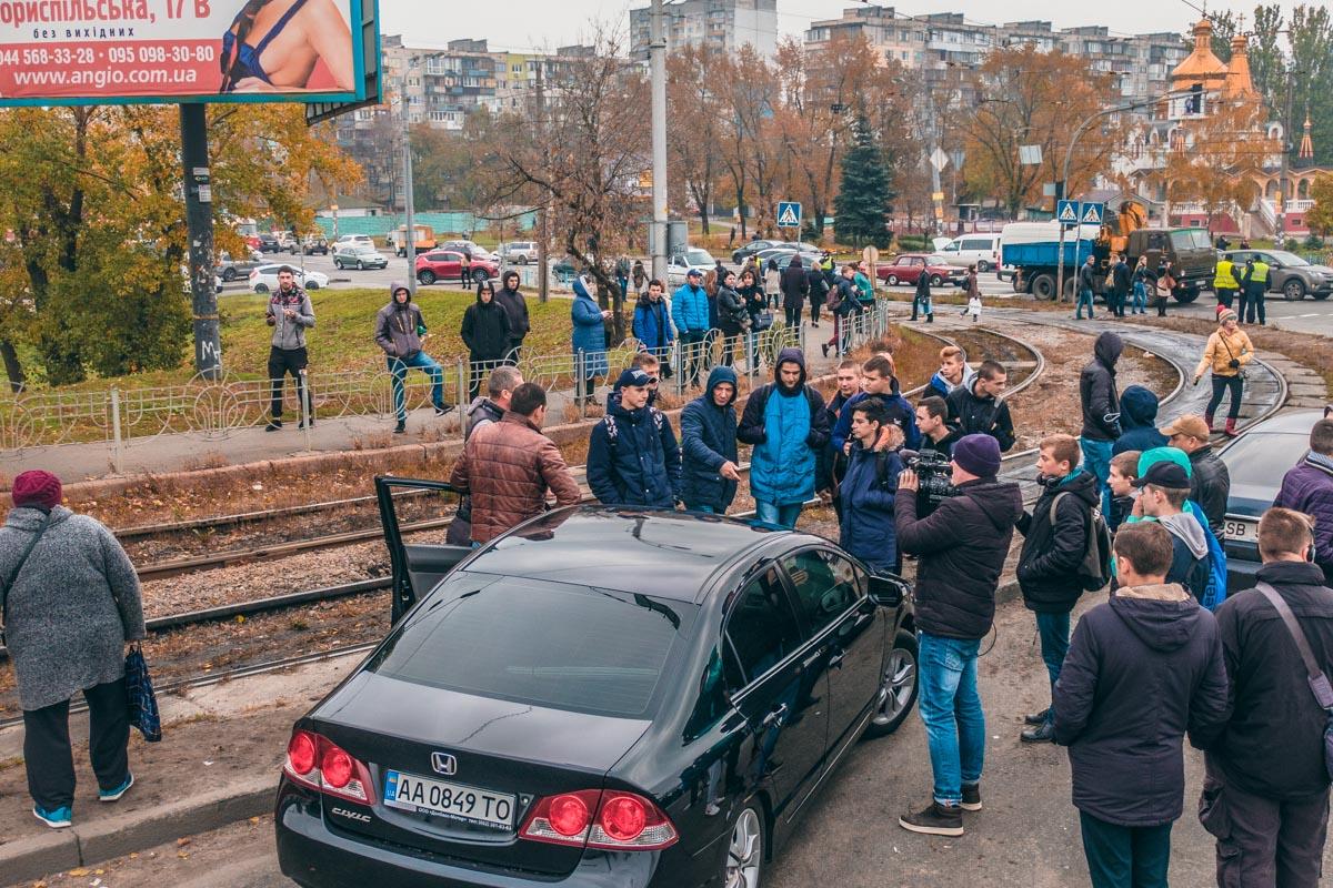 На месте перекрытия часто возникают конфликты между митингующими и владельцами машин