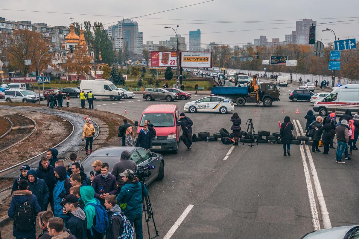 За порядком на месте стихийного митинга следит несколько экипажей патрульной полиции