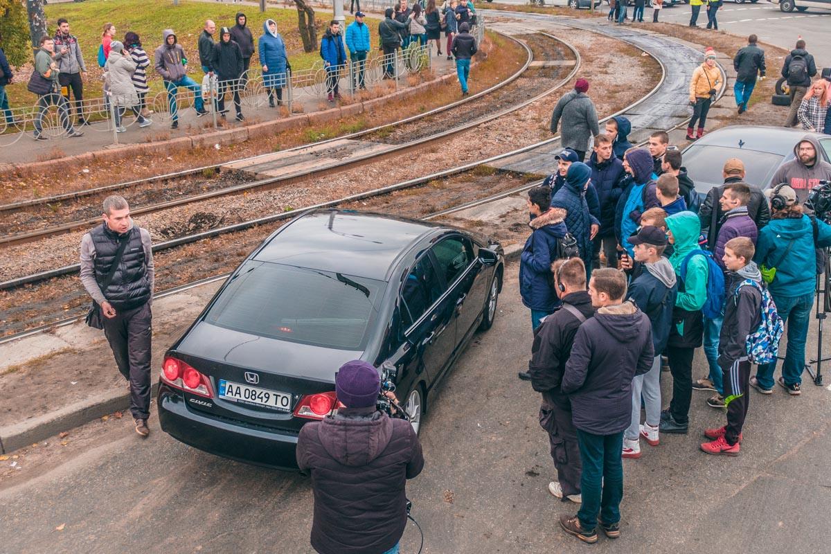 Некоторые водители пытались объехать блокаду по трамвайным путям