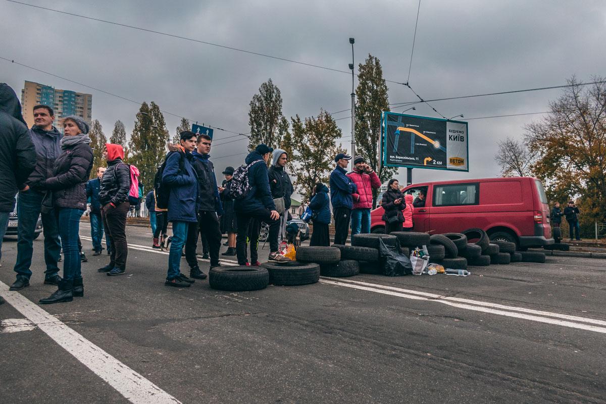 Жильцы ЖК «Мега Сити» перекрыли дорогу