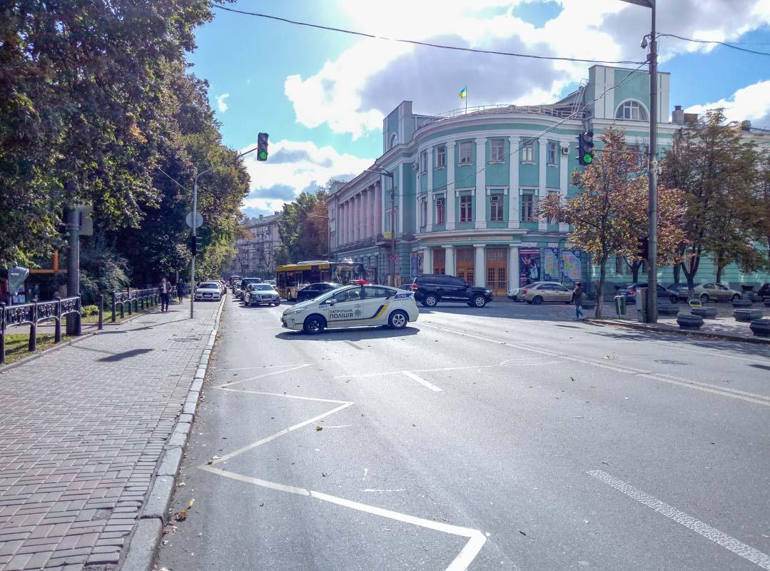 Ученые перекрыли улицу Грушевского