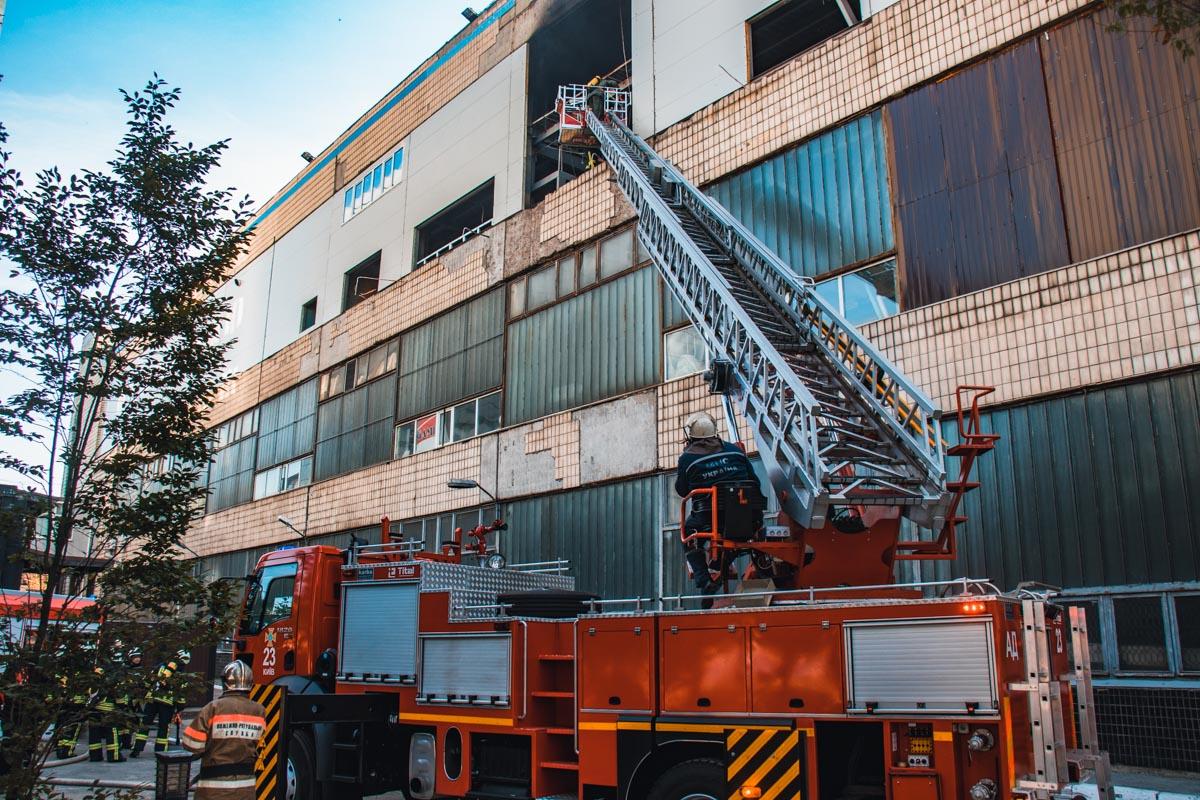 На месте происшествия работали 4 пожарных машины