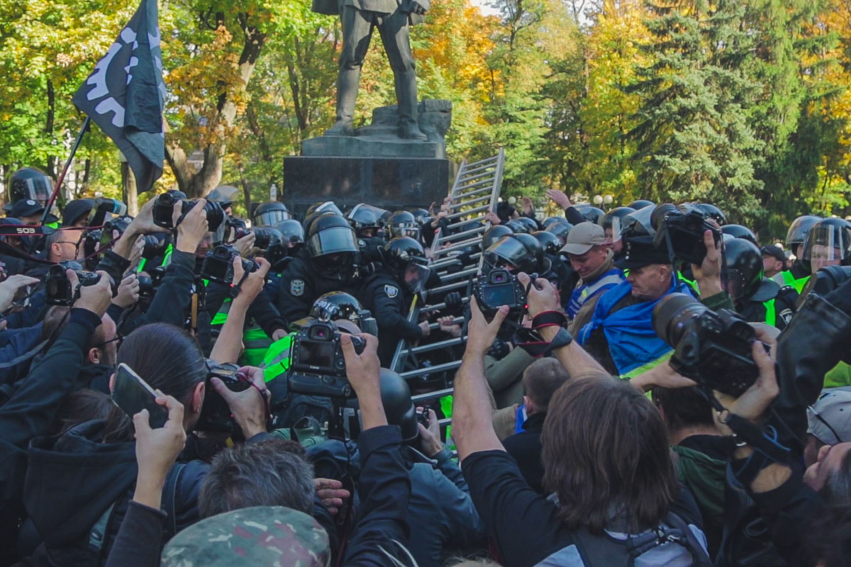 Активисты боролись с полицией всем, что попадалось под руку, в ход шли даже стремянки