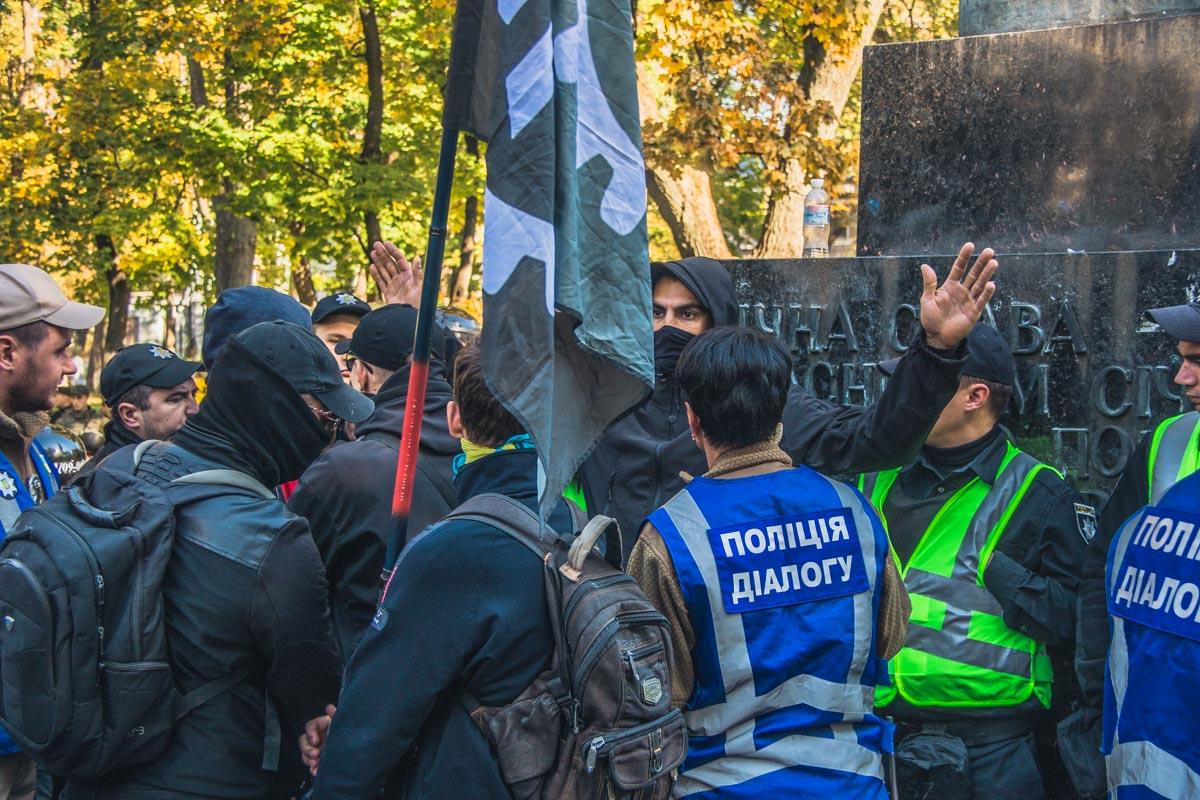 В Киеве ОУНовцы пытались снести советские памятники