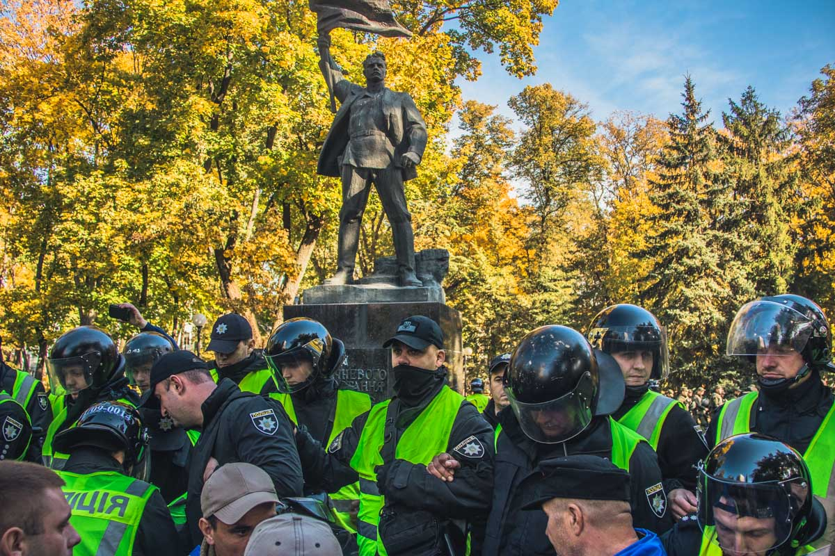 Активисты принесли с собой лестницу и яйца, которыми забросали памятник «Большевику»