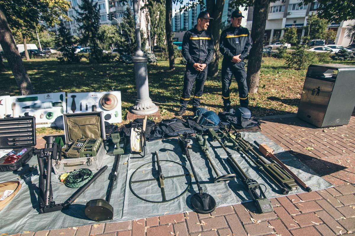 На выставке пожарно-спасательной техники и оборудования ребятам рассказывали как работает тот или иной специнструмент