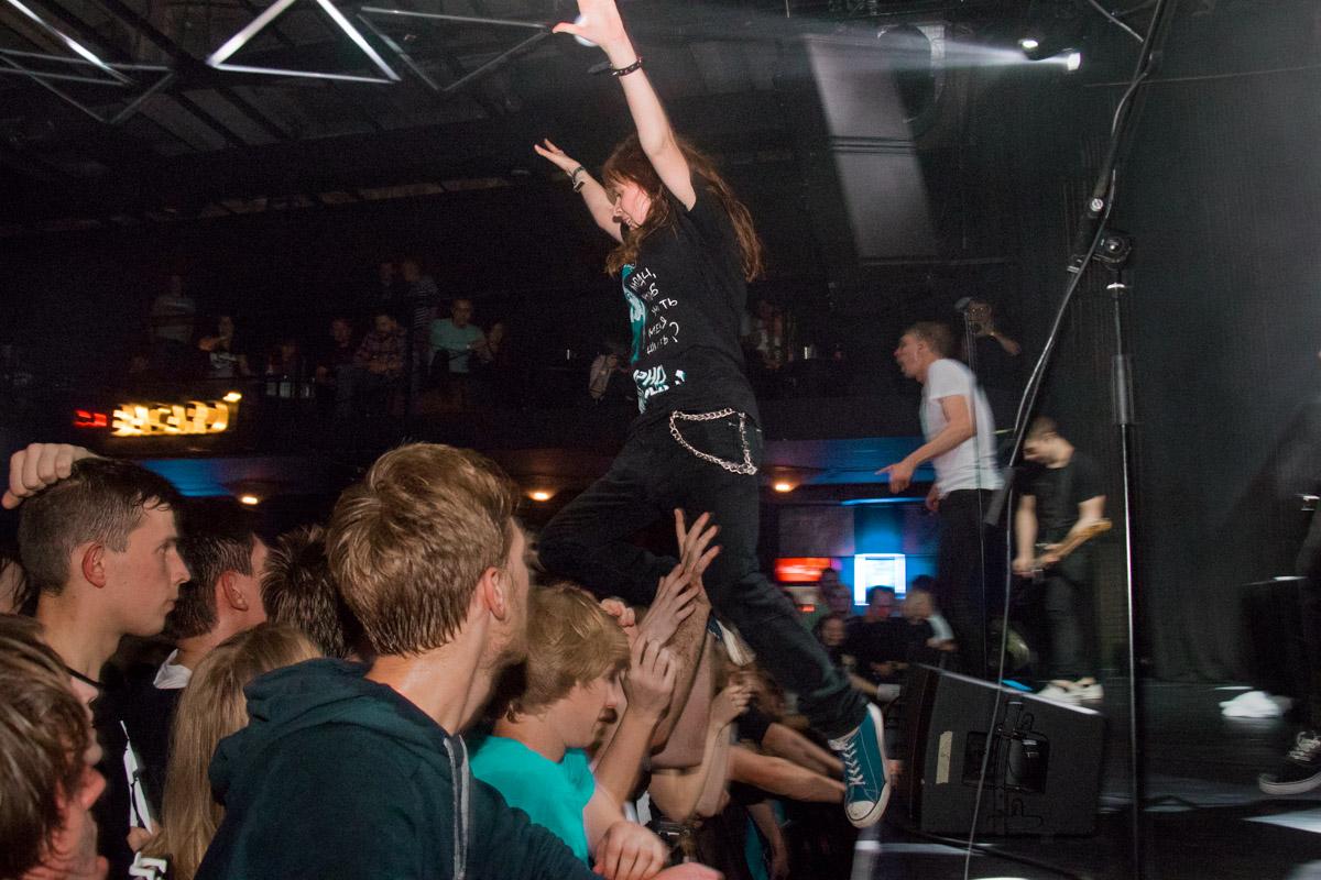 Кто не прыгал со сцены в толпу - тот не испытывал полного чувства свободы