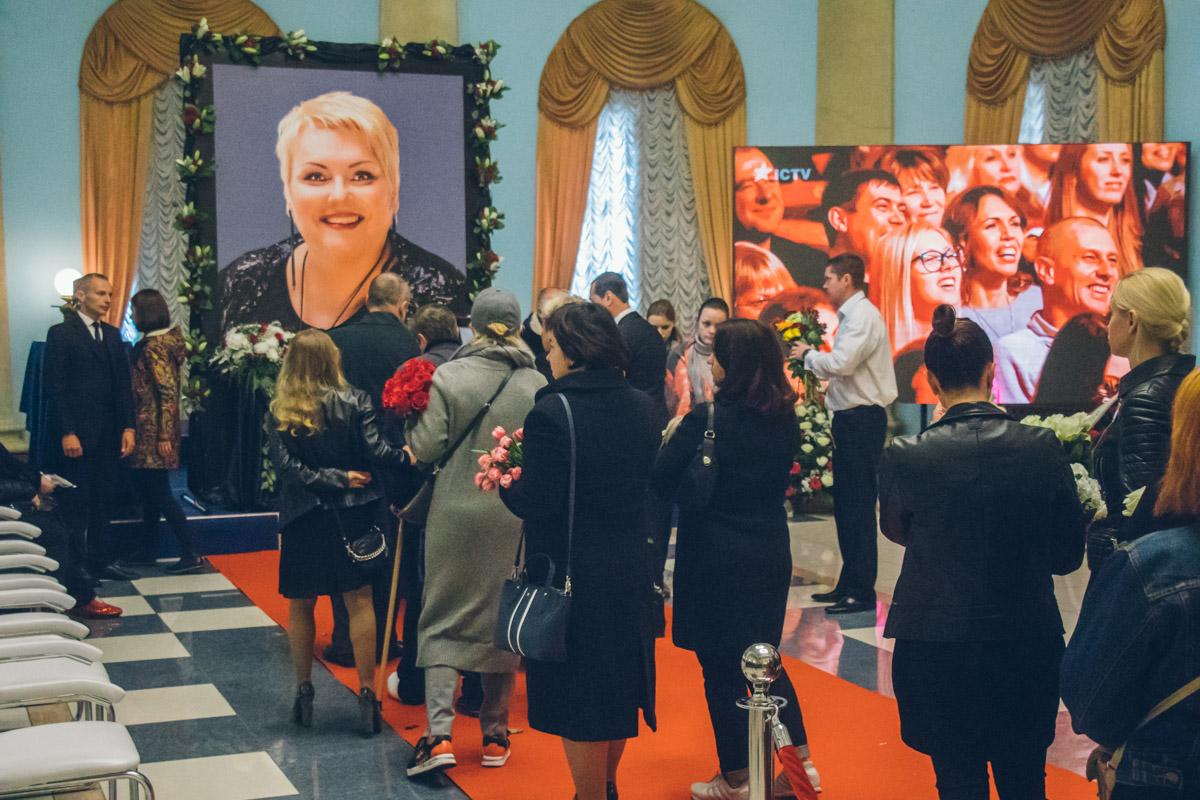 Очередь желающих проститься с Мариной Поплавской
