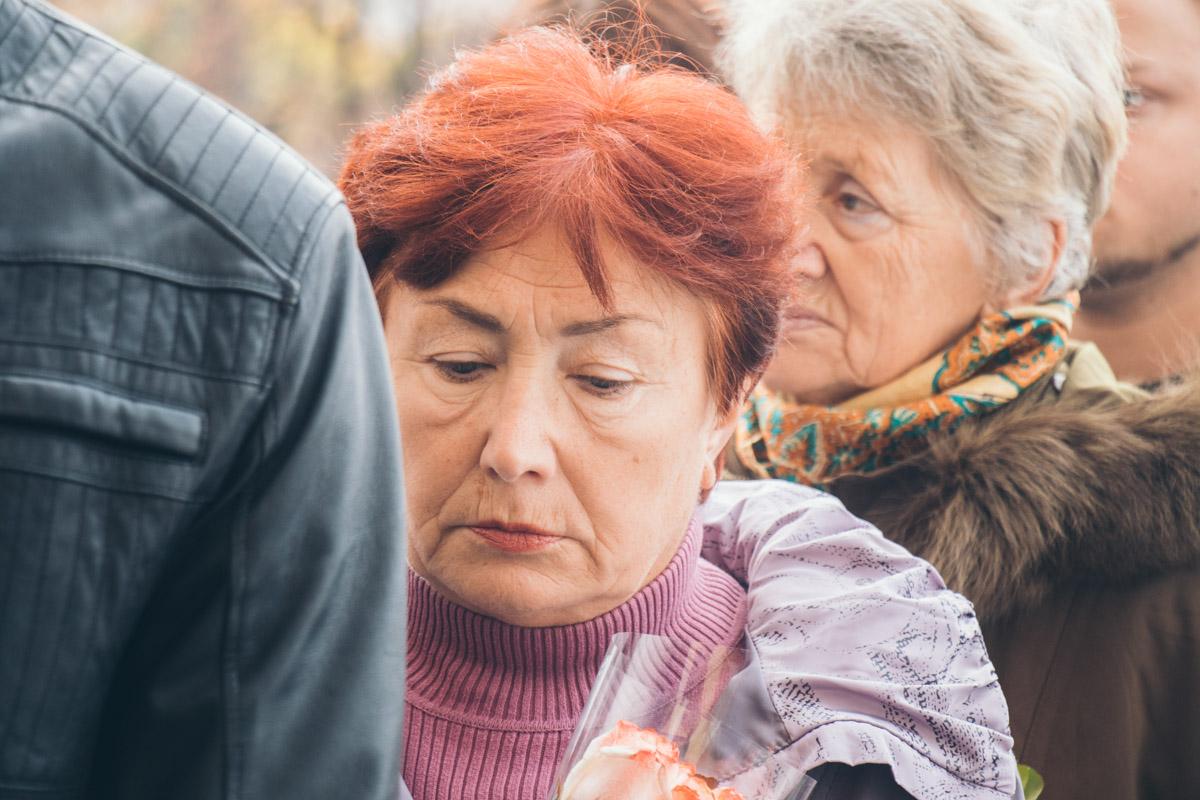 Со слезами на глазах женщины прощались с Мариной Поплавской