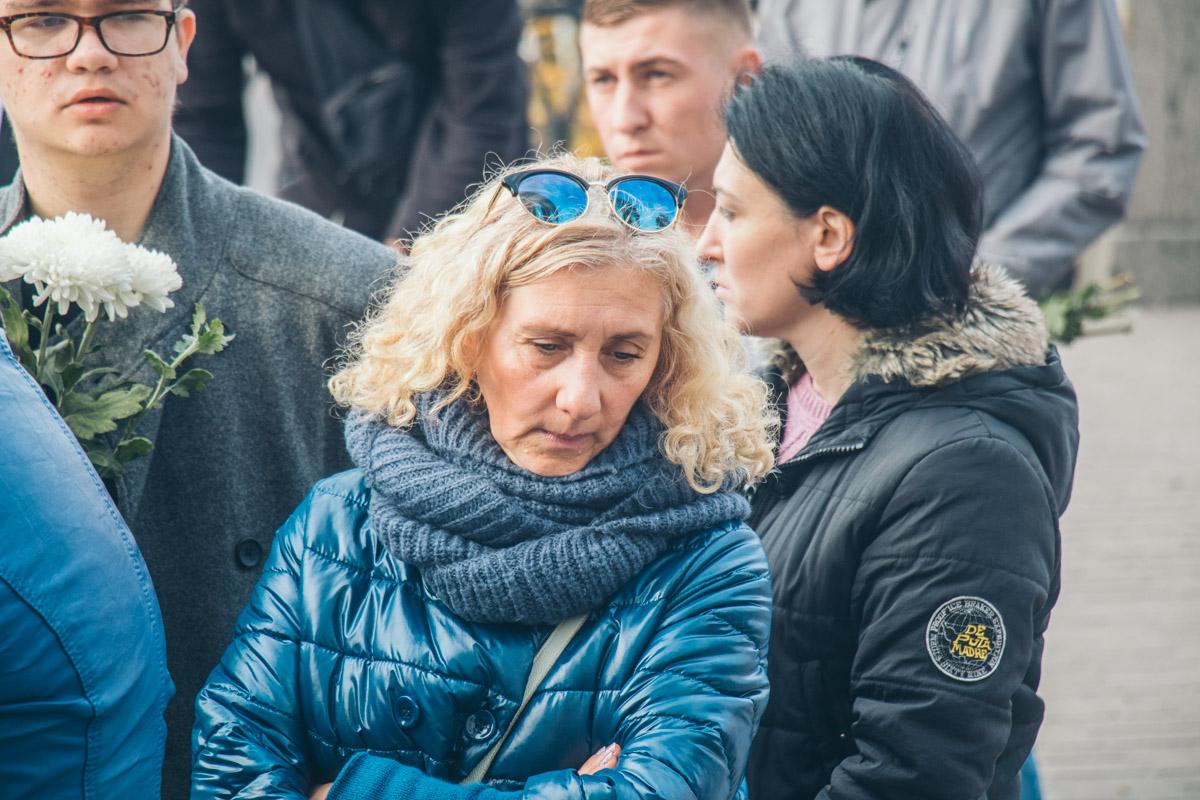 Многие женщины не могли сдержать слез на прощании с Мариной Поплавской