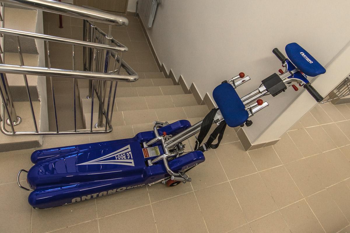 Подъемник для поднятия колясок по ступенькам