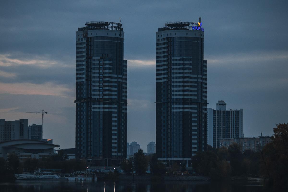Многоэтажки на левом берегу Киева встречали рассвет вместе с нами