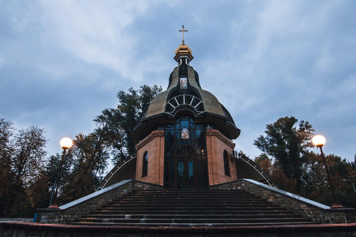 Даже небольшая церквушка на рассвете выглядит монументально