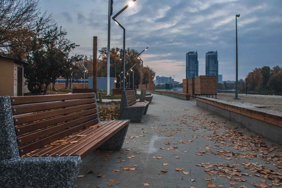 Пустые тротуары ждут первых прохожих