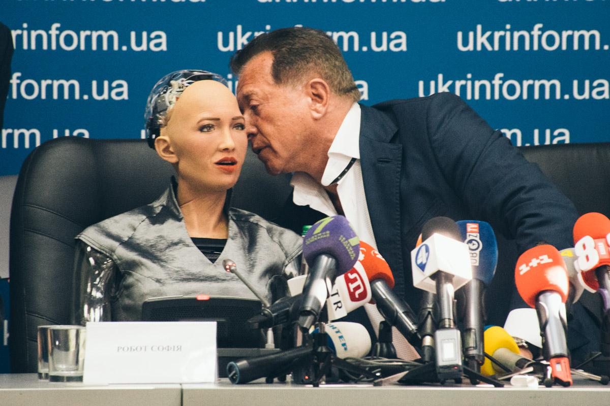 На пресс-конференции девушка-робот ответила на вопросы журналистов