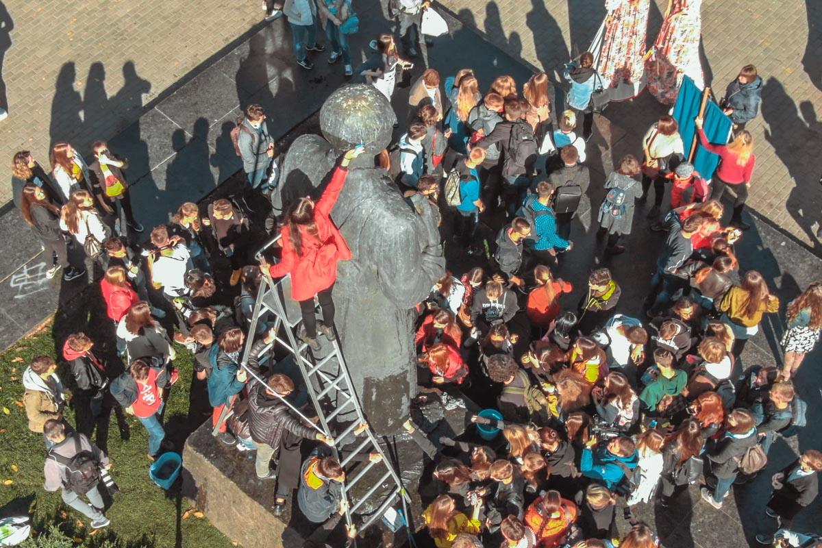 Студенты Киево-Могилянской академии собрались на Контрактовой площади ради Григория Сковороды