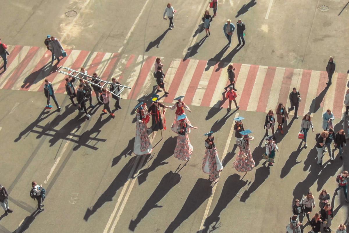 На мероприятие молодежь пришла большой колонной, в которой были и барабанщики и циркачи на ходулях