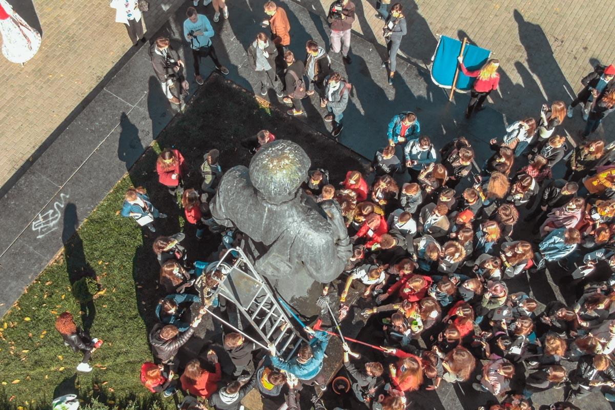 Учащиеся становились в очередь, чтоб дотронуться к духовному наставнику мокрой тряпкой