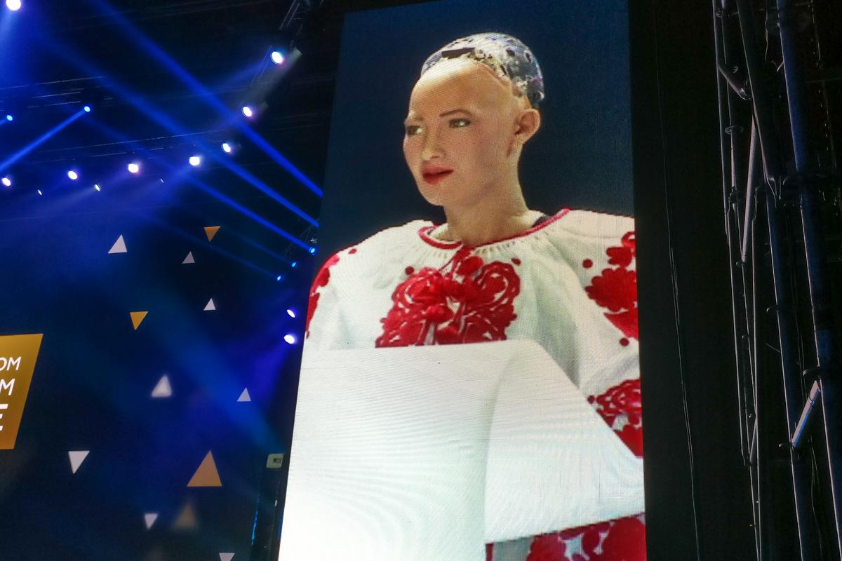София вышла (точнее ее вывели) на сцену в вышиванке и сказала, что ей очень нравятся украинцы