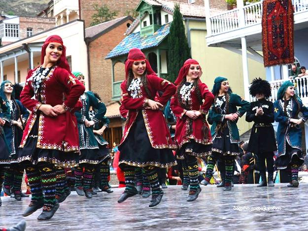 """Национальные грузинские танцы на празднике """"Тбилисоба"""""""