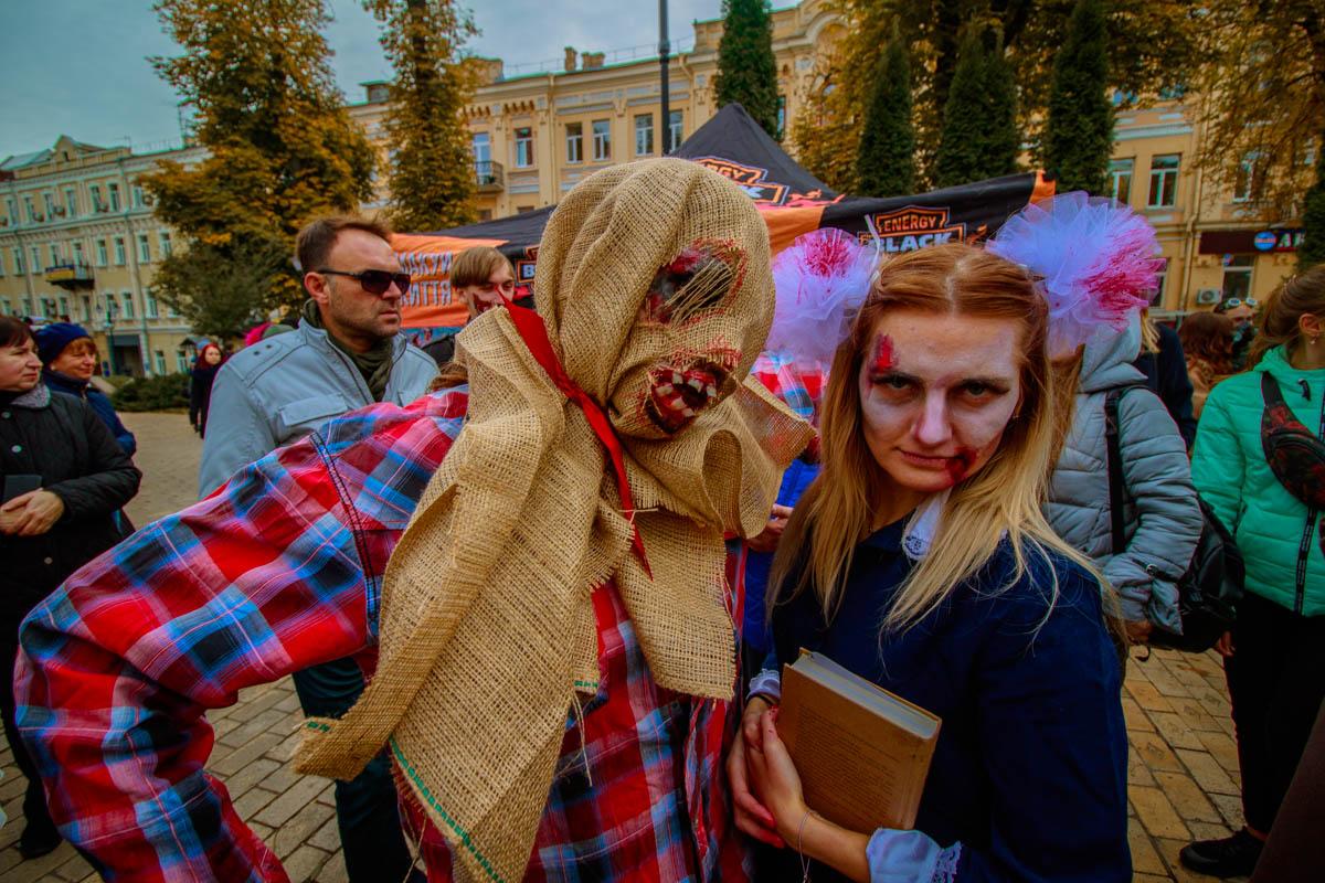Пугало и мертвая школьница - неожиданный тандем