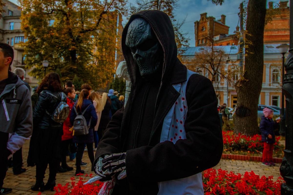 А в маске и перчатках и не холодно такой осенью