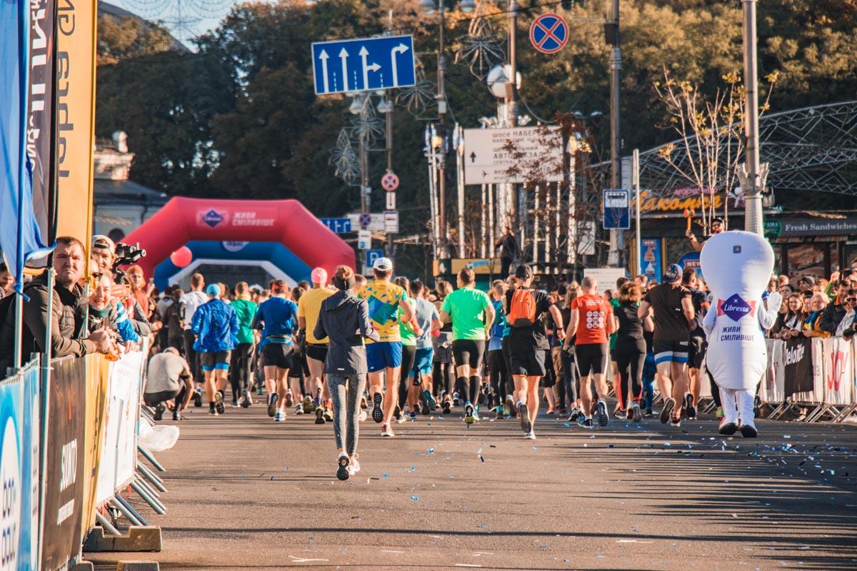 Участники марафона, почувствовав второе дыхание, приближаются к финишу