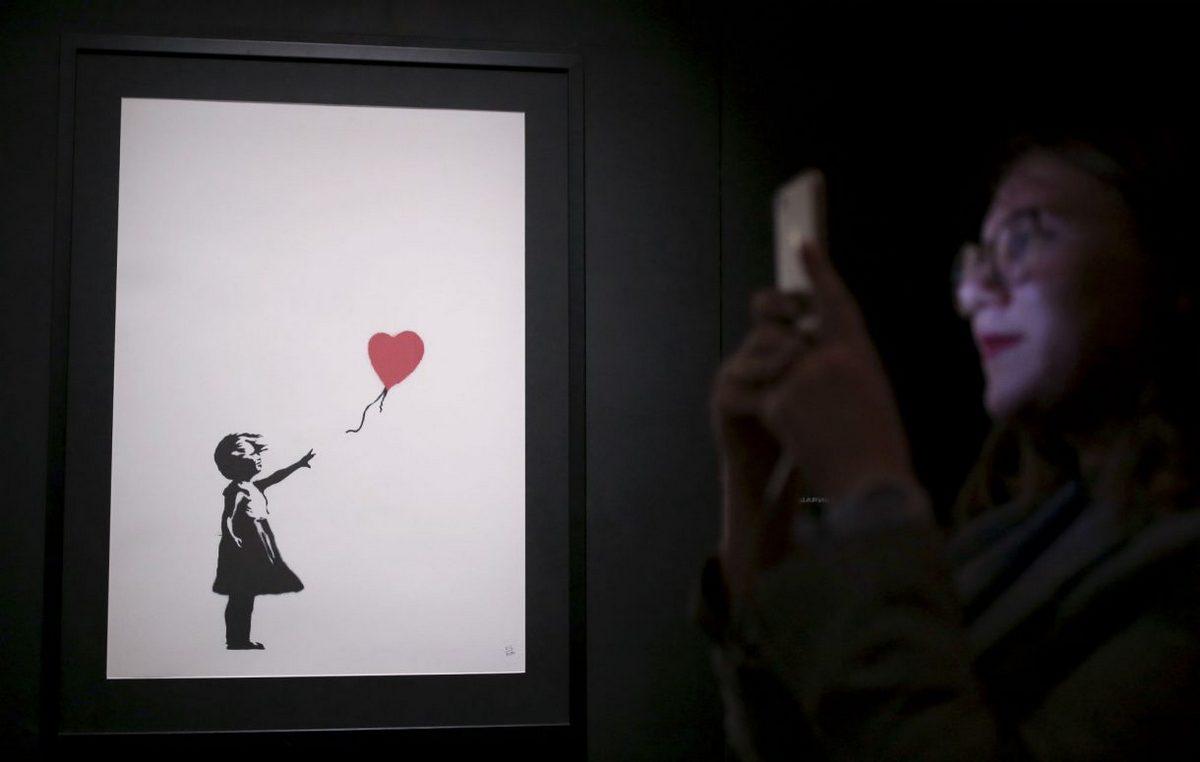 """В Нью-Йорке с аукциона Sotheby's продали одну из самых известных картин художника Banksy """"Девушка с воздушным шаром"""""""