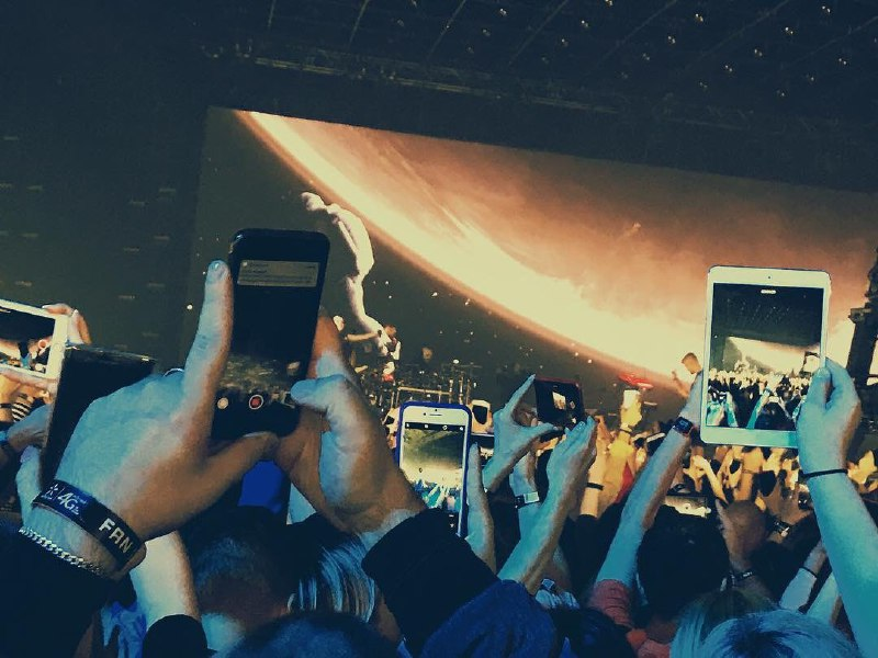 Каждый хочет оставить себе фото и видео на память о концерте. @natali.vatamaniuk