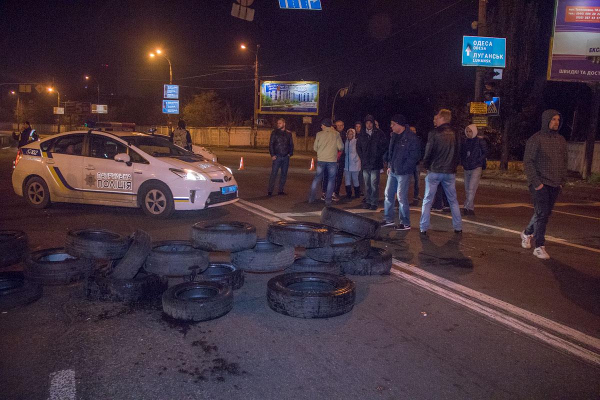 Недовольные жители Киева ограничили движение на Харьковском шоссе
