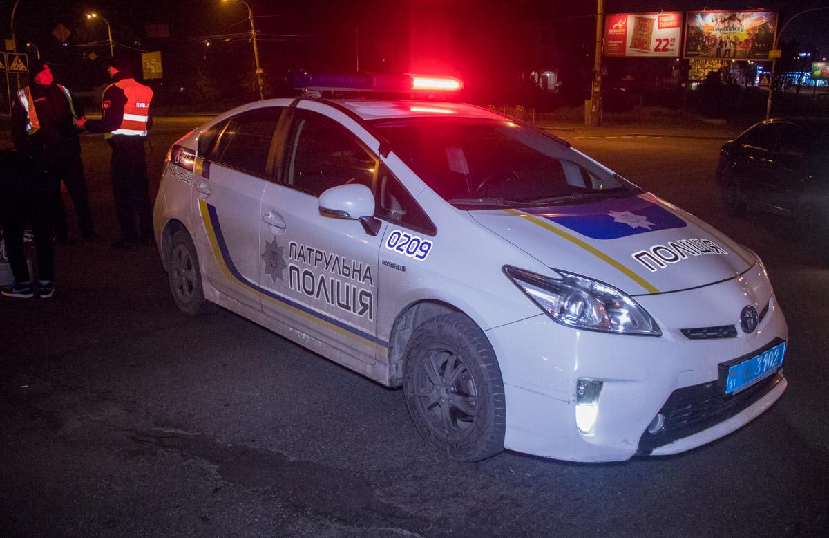 На месте дежурит патруль полиции