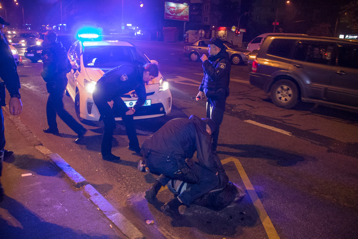 В Киеве арестовали пьяных грабителей, оказавших агрессивное сопротивление полиции