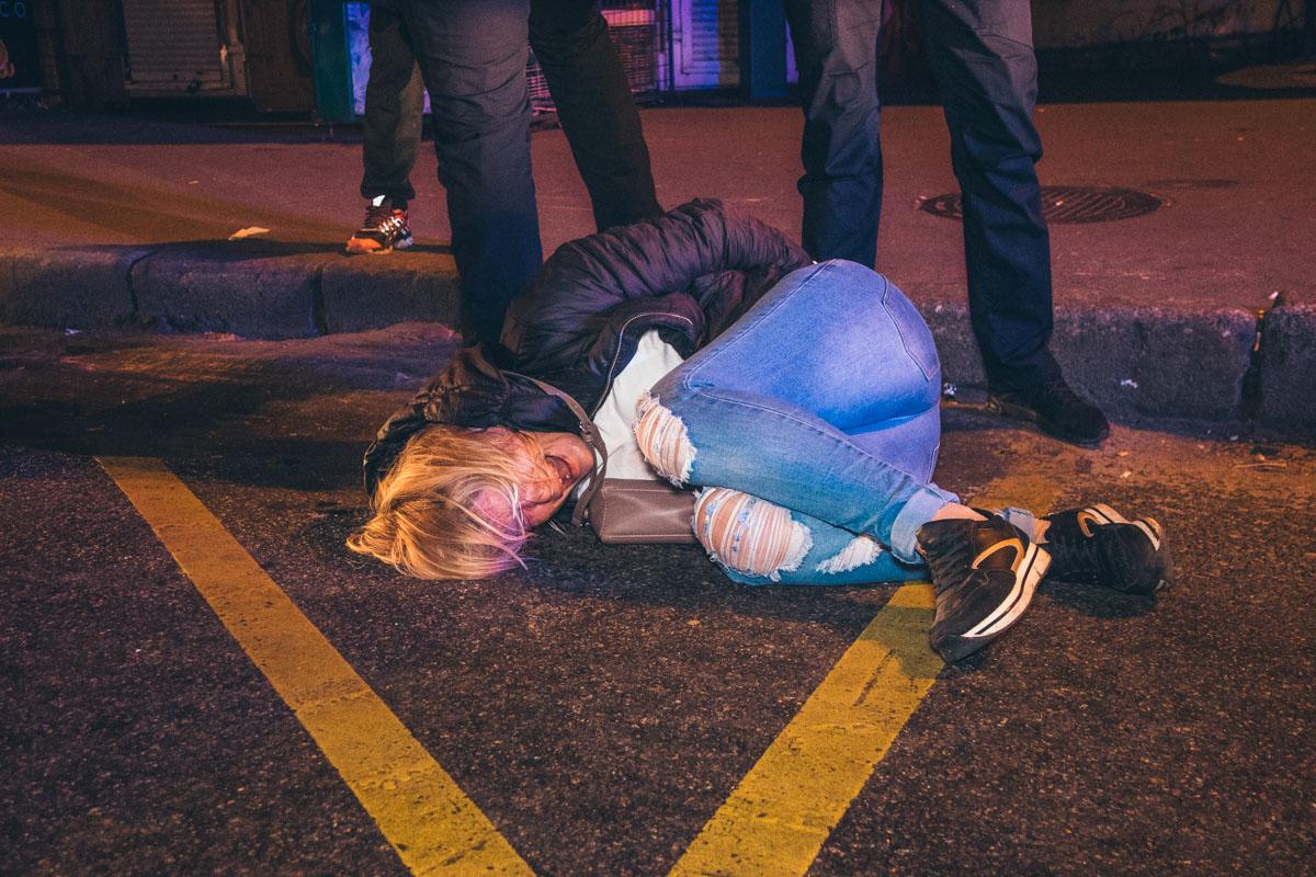 Одна из задержанных - беременная женщина, которая пыталась напасть на патрульную машину
