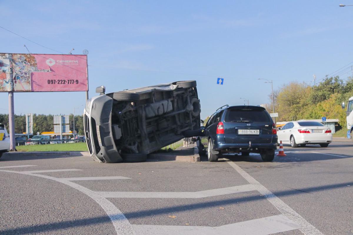 Микроавтобус при повороте влетел в Opel