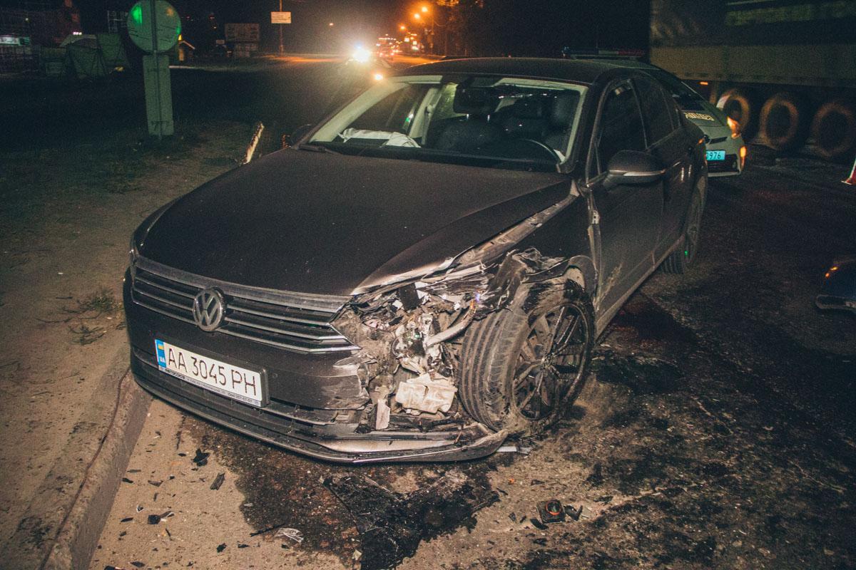 Водитель Volkswagen Golf не заметил в темноте плавного поворота дороги, выехал на встречную полосу движения и врезался в Passat