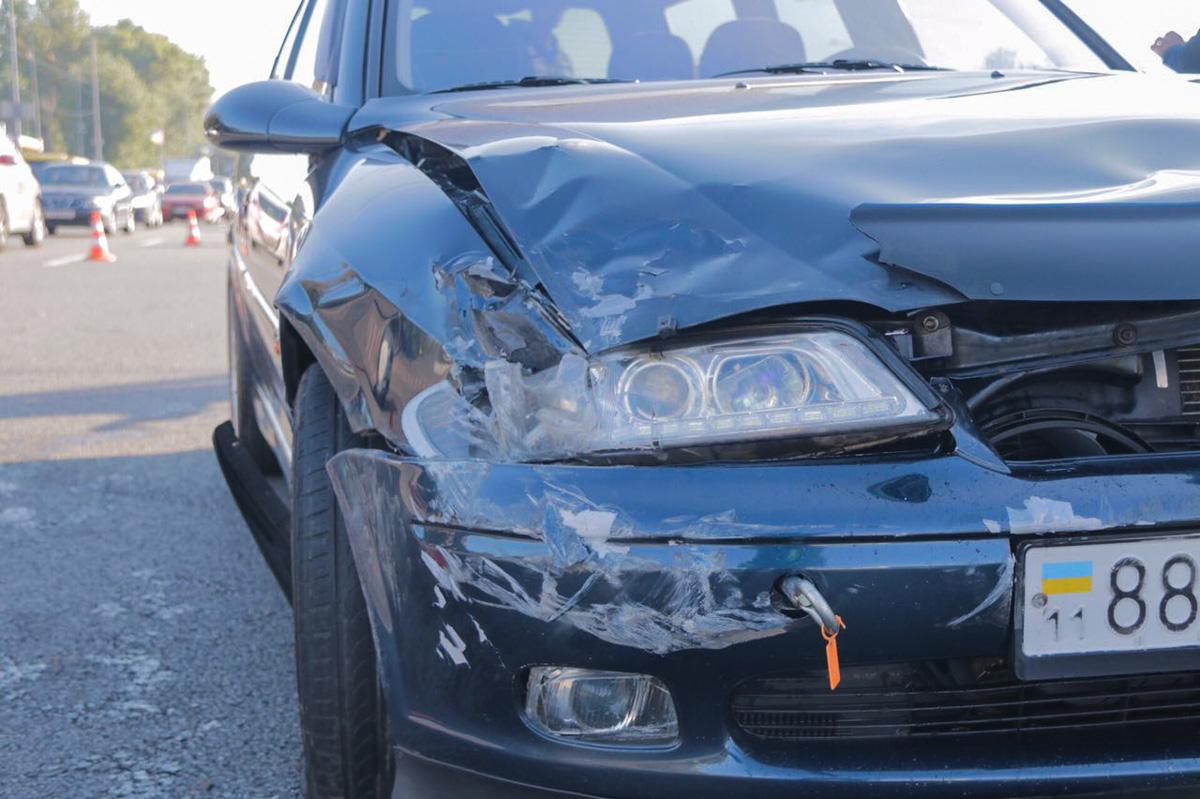 Микроавтобус протаранил бампер Opel