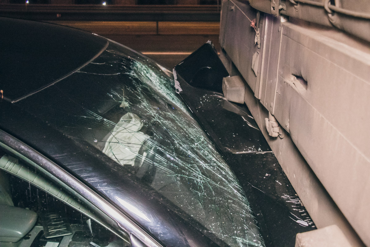 В результате удара Toyota влетела под полуприцеп