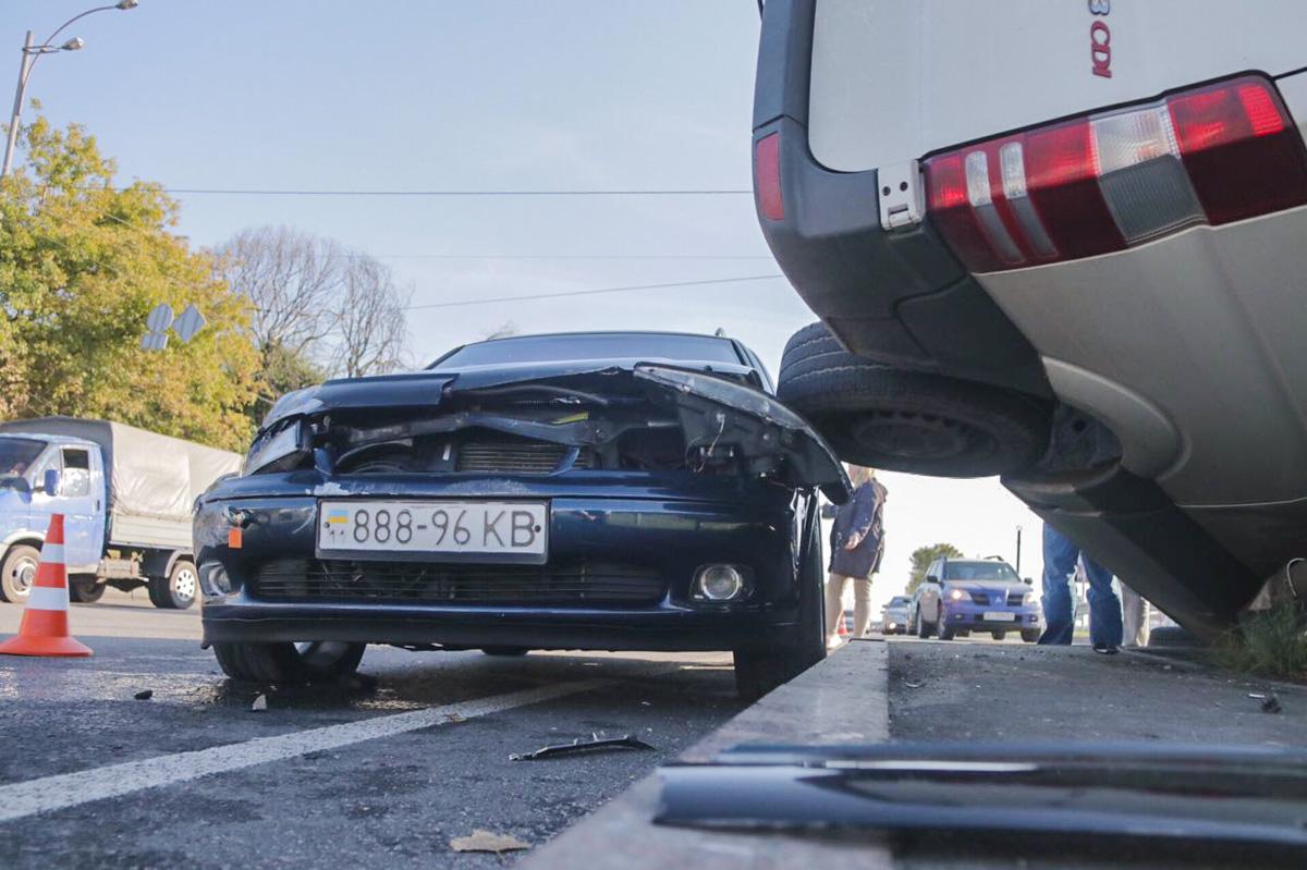МикроавтобусMercedes Sprinter столкнулся с Opel Vectra B, перевернулся и застрял в отбойнике